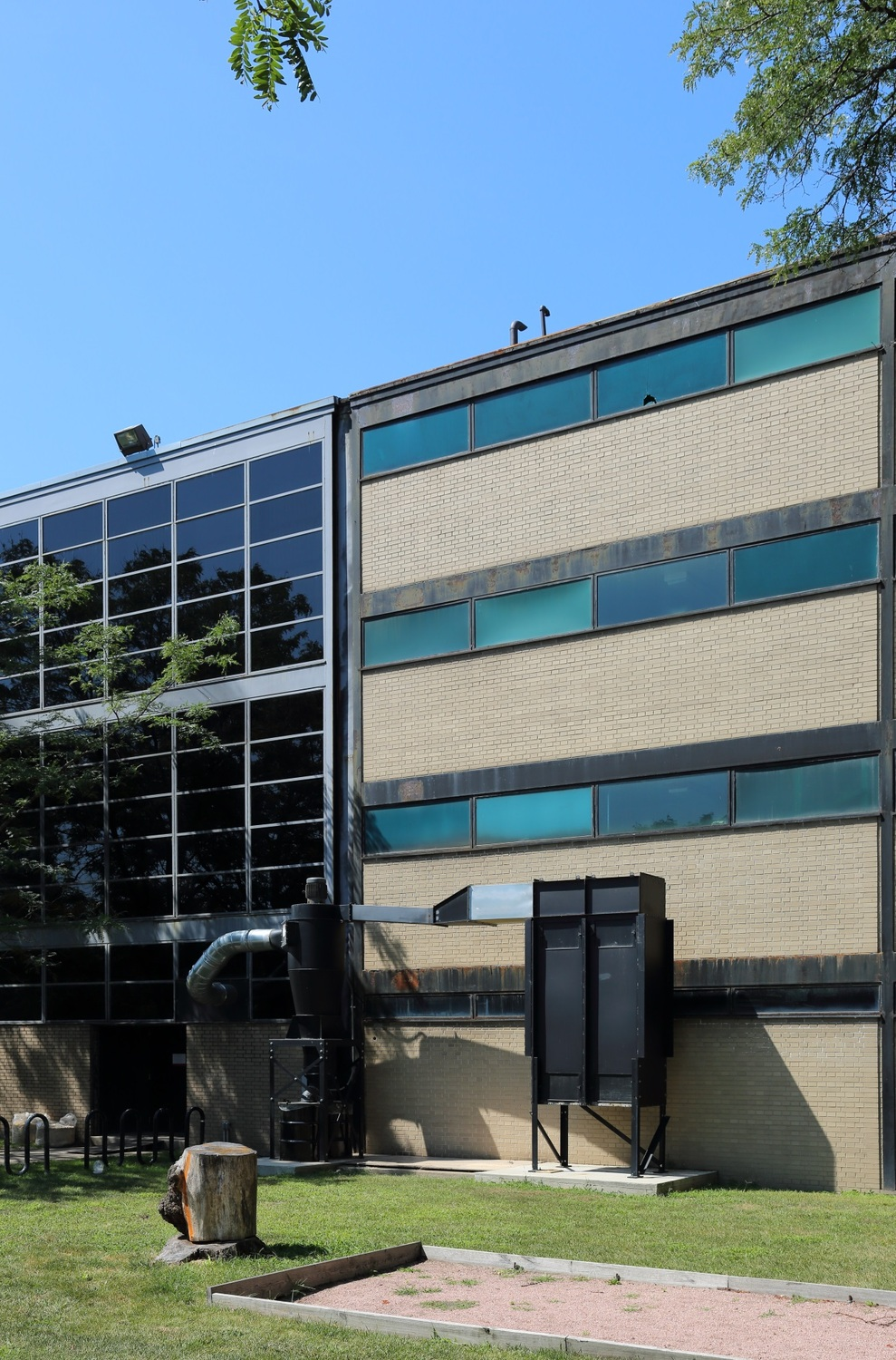 The seam between the original Metals Research Building and the 1958 addition